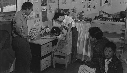 バラック内で生活する家族。by Ansel Adams / Library of Congress