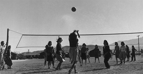 バレーボールを楽しむ収容者。by Ansel Adams / Library of Congress