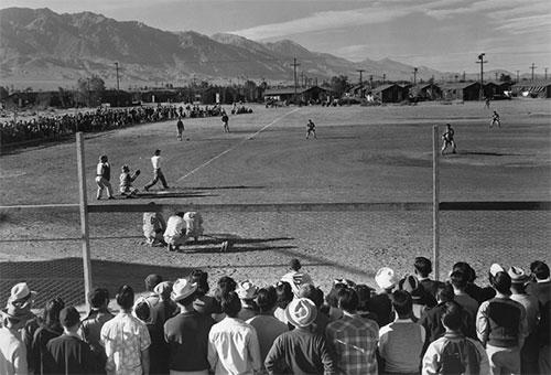 野球は人気のスポーツだった。by Ansel Adams / Library of Congress