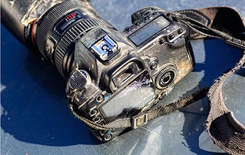 アフガニスタンでのハウイさんのデジタル一眼レフカメラ。