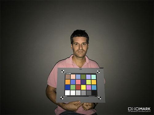 iPhone7のフラッシュテスト。被写体にしっかり光が当たるが、同時に4隅の暗さも目立つ。